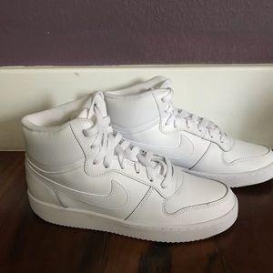 NWOT Nike Eberon Mid Sneaker